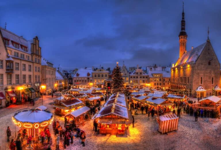 העיר העתיקה של טאלין כיכר שוק חג המולד